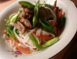 Pulled pork med asiatiska smaker - serverad med nudlar och grönsaker