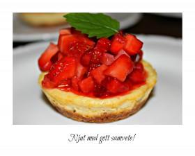 MiniGi-apelsincheesecake med honungsmarinerade jordgubbar