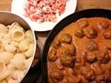 Grekiskinspirerade köttbullar i krämig tomatsås
